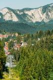 Viaggio di cabina di funivia di estate sopra le montagne carpatiche nella località di soggiorno di Busteni, Romania immagine stock libera da diritti