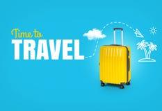 Viaggio di concetto con tempo del testo di viaggiare Valigia gialla luminosa Immagine Stock
