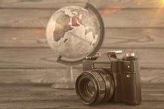 Viaggio di concetto, globo e macchina fotografica dell'annata su un fondo di legno immagini stock libere da diritti