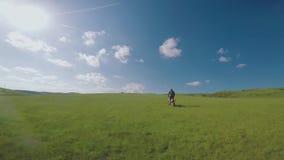 Viaggio di enduro con la bici alta nelle montagne caucasiche, colline, valli della sporcizia video d archivio