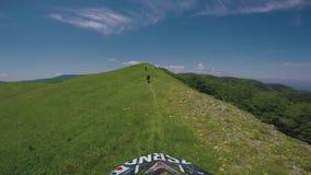 Viaggio di enduro con la bici alta nelle montagne caucasiche, colline, valli della sporcizia stock footage