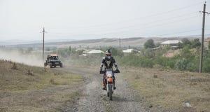 Viaggio di enduro con la bici della sporcizia alta nelle montagne Fotografie Stock