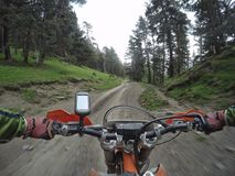 Viaggio di enduro con la bici della sporcizia alta nelle montagne Fotografie Stock Libere da Diritti