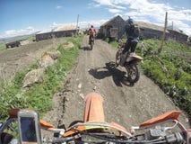 Viaggio di enduro con la bici della sporcizia alta nelle montagne Immagine Stock