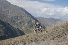 Viaggio di enduro con la bici della sporcizia alta nelle montagne Immagini Stock