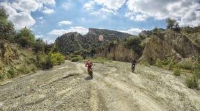 Viaggio di enduro con la bici della sporcizia alta nelle montagne Fotografia Stock Libera da Diritti