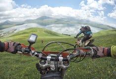 Viaggio di enduro con la bici della sporcizia alta nelle montagne Immagine Stock Libera da Diritti
