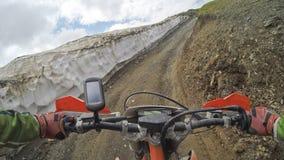 Viaggio di enduro con la bici della sporcizia alta nelle montagne Fotografia Stock