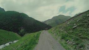 Viaggio di enduro con la bici della sporcizia alta nelle montagne caucasiche con il carrozzino video d archivio