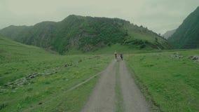 Viaggio di enduro con la bici della sporcizia alta nelle montagne caucasiche con il carrozzino archivi video