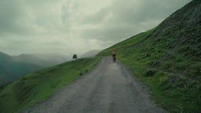 Viaggio di enduro con la bici della sporcizia alta nelle montagne caucasiche con il carrozzino stock footage