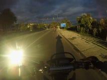 Viaggio di enduro con la bici della sporcizia alta sulla strada Fotografie Stock Libere da Diritti
