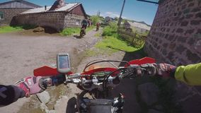 Viaggio di enduro con la bici della sporcizia sulla strada alta nelle montagne caucasiche, colline, valli del Th video d archivio
