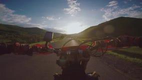 Viaggio di enduro con la bici della sporcizia sulla strada alta nelle montagne caucasiche, colline, valli del Th archivi video