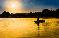 Viaggio di estate di stile di vita di tramonto del remo di Paddal bello Fotografia Stock