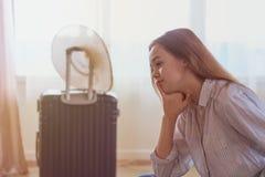 Viaggio di estate e concetto di vacanza, valigia dell'imballaggio della giovane donna a casa fotografie stock libere da diritti