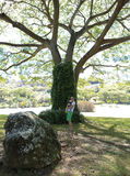 Viaggio di estate. Padre e la sua neonata in giardino tropicale Fotografia Stock