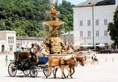 Viaggio di Europa del turista del vagone dei cavalli fotografie stock libere da diritti