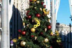 Viaggio di festival di Mosca al Natale Gli alberi illuminati del nuovo anno su Manezhnaya quadrano davanti al museo storico Fotografia Stock