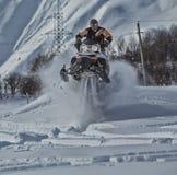 Viaggio di gatto delle nevi dello snowbike di enduro con la bici della sporcizia alta nelle montagne Fotografie Stock