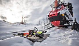 Viaggio di gatto delle nevi dello snowbike di enduro con la bici della sporcizia alta nelle montagne Fotografia Stock Libera da Diritti