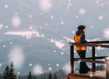 Viaggio di inverno nelle montagne Atleta che ammira il panorama della valle della montagna Fotografie Stock