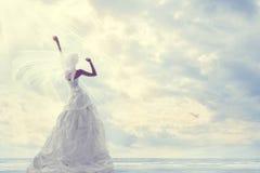 Viaggio di luna di miele, vestito da sposa dalla sposa, viaggio romantico, cielo blu Fotografia Stock