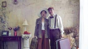 Viaggio di lusso di retro di modo viaggio senior asiatico d'annata delle coppie a poppa immagini stock