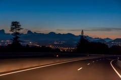 Viaggio di notte con una bella vista delle luci della città immagini stock