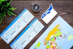 Viaggio di piallatura con i biglietti, la bussola e la mappa sulla vista superiore del fondo di legno Fotografia Stock Libera da Diritti