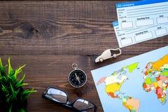 Viaggio di piallatura con i biglietti, i vetri, la bussola e la mappa sullo spazio di legno di vista superiore del fondo per test Immagine Stock
