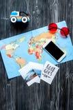 Viaggio di piallatura con il bambino con il telefono, le immagini e lo spazio scuro di vista superiore del fondo della mappa per  Immagini Stock Libere da Diritti