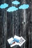 Viaggio di piallatura con il bambino con le immagini e spazio scuro di vista superiore del fondo delle nuvole per testo Immagine Stock Libera da Diritti