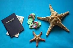Viaggio di piano Preparazione viaggiare al mare Immagini Stock