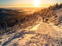 Viaggio di tramonto in montagne di inverno Fotografie Stock Libere da Diritti