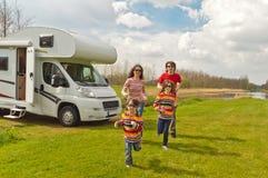 Viaggio di vacanza di famiglia nel motorhome fotografia stock