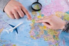 Viaggio di vacanza di pianificazione delle coppie con la mappa Vista superiore Fotografia Stock