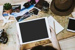 Viaggio di vacanza di pianificazione della giovane donna ed informazioni di ricerca Fotografia Stock Libera da Diritti