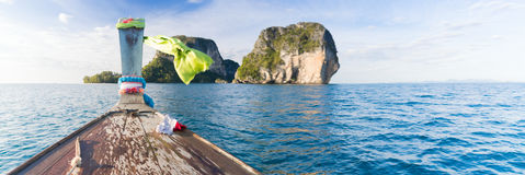 Viaggio di viaggio di vacanza del mare dell'oceano delle montagne di navigazione della barca della Tailandia della coda lunga Immagini Stock