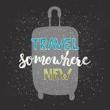 Viaggio disegnato a mano di frase dell'iscrizione di tipografia del gesso da qualche parte nuovo con la borsa di viaggio sui prec illustrazione vettoriale