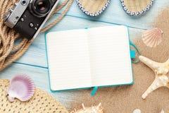 Viaggio e blocco note di vacanza con gli oggetti Immagini Stock Libere da Diritti