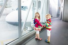 Viaggio e mosca dei bambini Bambino all'aeroplano in aeroporto fotografia stock