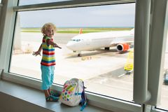 Viaggio e mosca dei bambini Bambino all'aeroplano in aeroporto immagini stock
