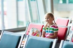 Viaggio e mosca dei bambini Bambino all'aeroplano in aeroporto fotografie stock libere da diritti