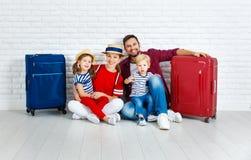 Viaggio e turismo di concetto la famiglia felice con le valigie si avvicina a w Fotografie Stock Libere da Diritti
