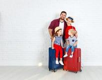 Viaggio e turismo di concetto la famiglia felice con le valigie si avvicina a w immagine stock