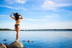 Viaggio e vacanze estive - punto di vista posteriore di bella donna esile i fotografie stock