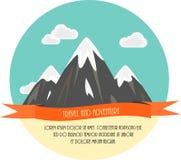 Viaggio ed avventura Bella illustrazione piana minima di vettore Montagne e nubi Fotografie Stock Libere da Diritti