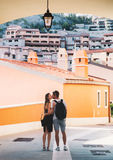 Viaggio Europa Coppie felici in Portopiccolo Sistiana, Italia Immagine Stock Libera da Diritti