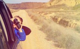 Viaggio felice del ragazzino in macchina in montagne Fotografia Stock Libera da Diritti